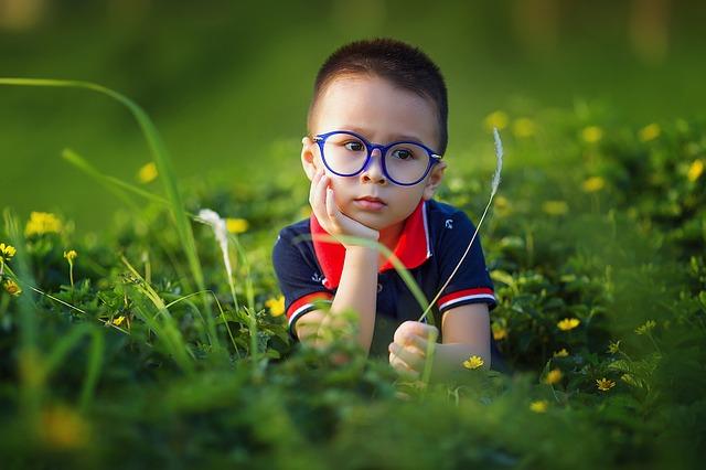 modré brýle kluka