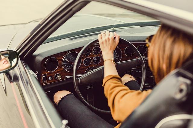 řidička za volantem