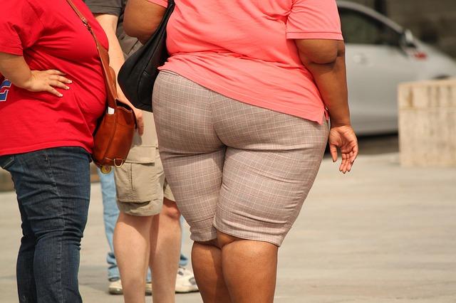 obézní žena v krátkých kalhotách.jpg