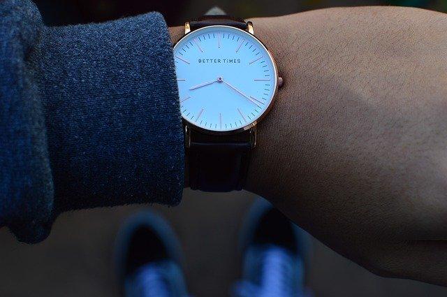 hodinky na ruce člověka, foceno z výšky