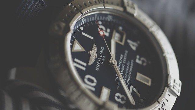 pořádné staré hodinky položené na stole