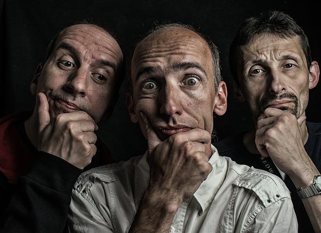 Tři muži, zamyšlení.jpg