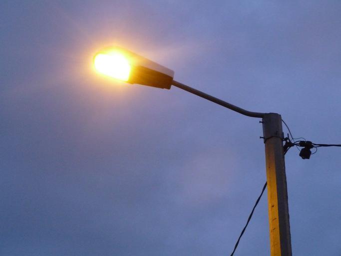 pouliční rozsvícená lampa
